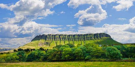 その特定の形状のための「テーブルマウンテン」と呼ばれるベンブルベン山と典型的なアイルランドの風景(スライゴの郡 - アイルランド) 写真素材