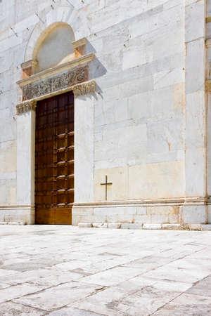 Entrée de l'église romane de San Lorenzo (Italie - Lucca) Banque d'images - 92905976