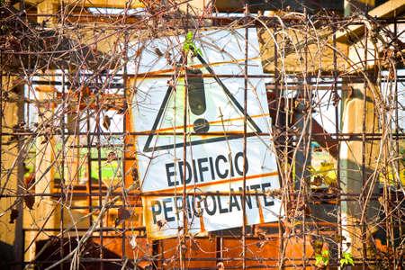Dangerous building signboard (In Italian said edificio pericolante) 版權商用圖片