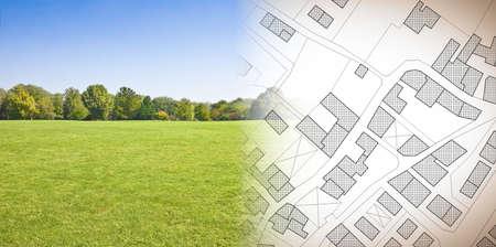 Een nieuwe stad plannen - conceptafbeelding met hand tekenen van een denkbeeldige kadastrale kaart van grondgebied met gebouwen, velden en wegen tegen een groen gebied Stockfoto