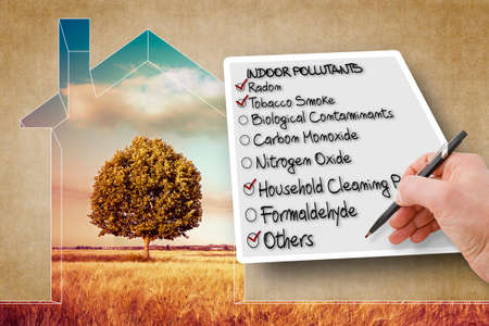 Hand write a check list of the most common dangerous domestic pollutants we can find in our homes - concept image Banque d'images