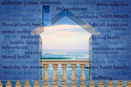 Vivre près de la côte a un effet positif sur la santé - Petite maison contour contre une mer calme avec des nuages en arrière-plan - image conceptuelle avec espace de copie Banque d'images