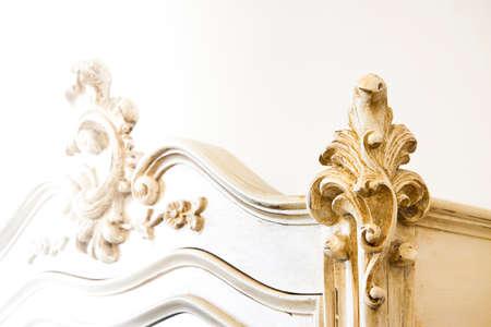 Détail d'un mobilier italien ancien qui vient d'être restauré; nouvelle vie aux vieux meubles - sépia Banque d'images