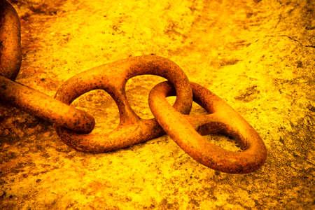 Detalle de una vieja cadena de metal oxidado anclado a un bloque de hormigón - imagen de tonos