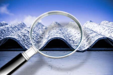 Analyse van de verbindingen van een gevaarlijk asbestdak - conceptafbeelding Stockfoto