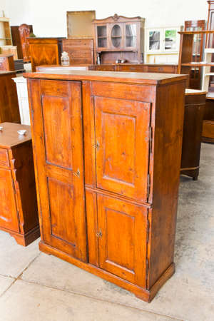 Détail d'une vieille armoire en bois italienne juste restaurée - culture italienne