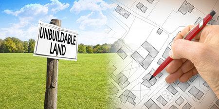 Unbuildable land - concept image with an imaginary city map against a green unbuildable area. Banque d'images