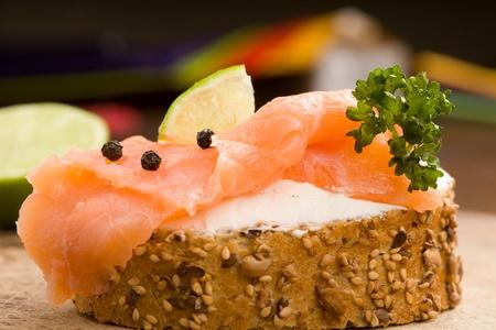 salmon ahumado: foto de cereales crujientes delicioso pan con salmón ahumado Foto de archivo