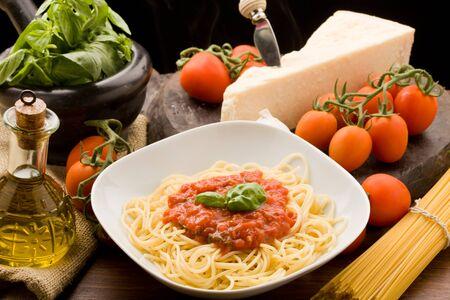 spaghetti: Foto van Italiaanse spaghetti met saus van tomatoe en hun ingrediënten arround Stockfoto