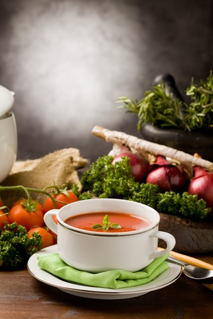 photo ofo delicious tomato soup with vegetables on wooden table photo