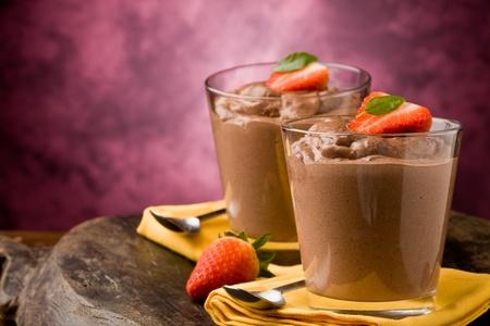 chocolade mousse: Phot van heerlijke chocolade mousse met aardbeien en gele servetten