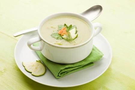 zapallitos: foto de sopa de verduras vegetariano en mesa de madera verde con diferentes verduras vuelta