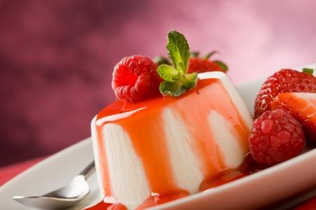 Foto des italienischen Panna Cotta Dessert mit Erdbeere Sirup und Minze leaf