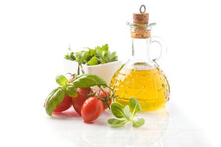 aceite de oliva: foto de ingredientes para ensalada sobre fondo blanco aislado Foto de archivo