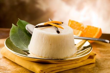 황금 접시에 맛있는 바닐라 오렌지 푸딩의 사진 스톡 콘텐츠