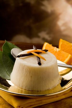 cremoso: foto de delicioso pud�n de vainilla naranja en placa dorada