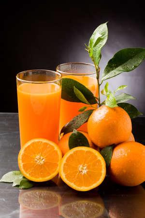 물 방울과 녹색 잎 신선한 오렌지 주스의 사진