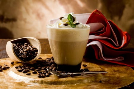 slagroom: photo of delicious coffee beverage with whipped cream and coffee beans Stockfoto
