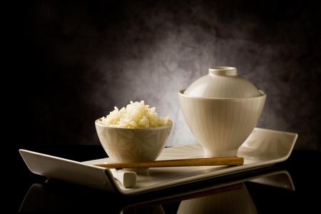 유리 테이블에 젓가락으로 맛있는 아시아 쌀 플레이트