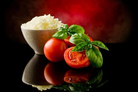 frijoles rojos: arroz dentro de un recipiente con Basilio y tomates frescos
