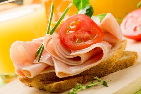 water thyme: phto de deliciosos tostadas con jam�n en mesa de madera con jugo de naranja