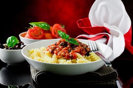 sauce tomate: d�licieuses p�tes italiennes avec la sauce tomate et basilic