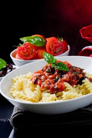 comida rica: deliciosa pasta italiana con salsa de tomate y albahaca
