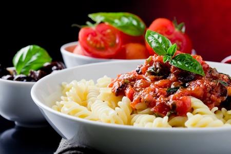 comida italiana: deliciosa pasta italiana con salsa de tomate y albahaca