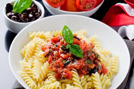délicieuses pâtes italiennes avec la sauce tomate et basilic