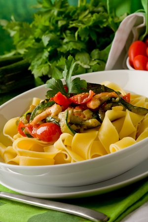 comida rica: foto de deliciosa pasta italiana con calabacín y gambas