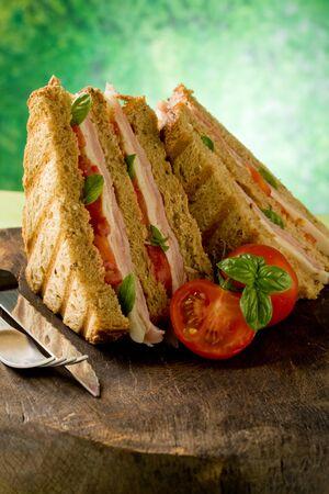 bocadillo:  delicioso bocadillo de queso y jam�n en mesa de madera