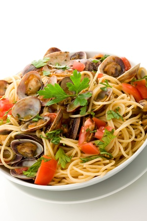 deliziosa pasta con vongole su sfondo bianco isolato