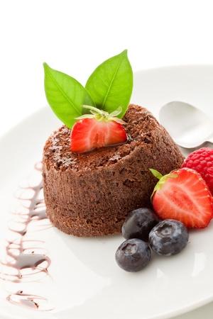 chocolate nachspeise mit Beeren auf hintergrund isoliert