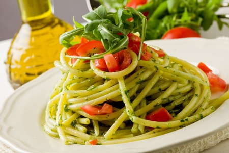 cherry tomatoes: delicious pasta with arugula pesto and cherry tomatoes