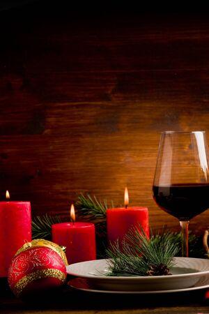 cena navide�a: foto de mesa de madera con adornos de navidad iluminado por spot