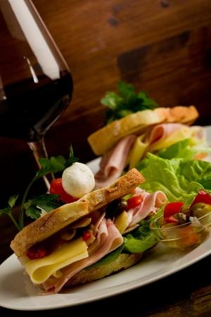 tentempi�: foto de deliciosas tostadas con queso y jam�n con lechuga y perejil Foto de archivo