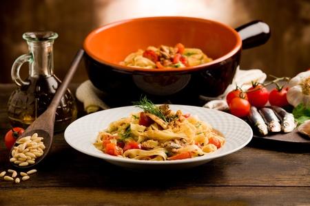 sardinas: Plato regional italiana hecha de pasta con sardinas en la mesa de madera
