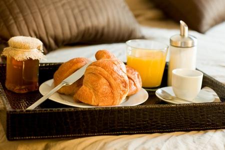 bandejas: foto de la bandeja con la comida del desayuno en la cama dentro de una habitaci�n