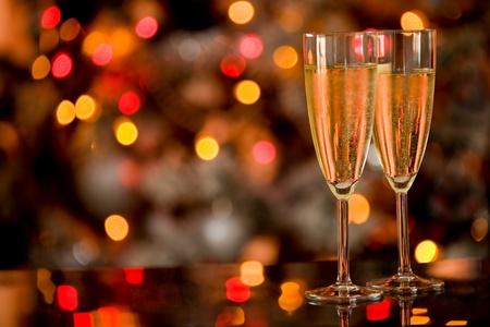 brindisi champagne: foto di due bicchieri Champagner sul tavolo in vetro con sfondo bokeh
