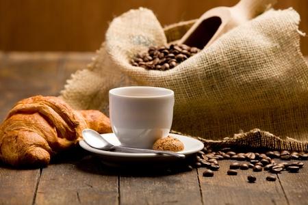 �pastries: Foto de un delicioso caf� espresso caliente en la mesa de madera