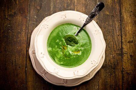 espinaca: Las espinacas suave y deliciosa sopa de crema en la mesa de madera Foto de archivo