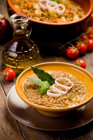 렌즈 콩: 나무 테이블에 양파, 체리 토마토와 신선한 홈 메이드 렌즈 콩 수프