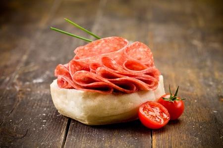 heerlijke salami sandwich op houten tafel