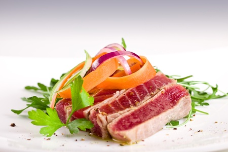 chopped tuna over fresh green aragula with carrots and onions Stock Photo