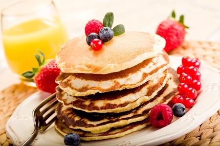 desayuno: deliciosos panqueques en la mesa de desayuno de la mañana con frutas Foto de archivo