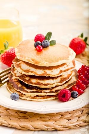 heerlijke pannenkoeken op de ochtend het ontbijt tafel met vruchten Stockfoto