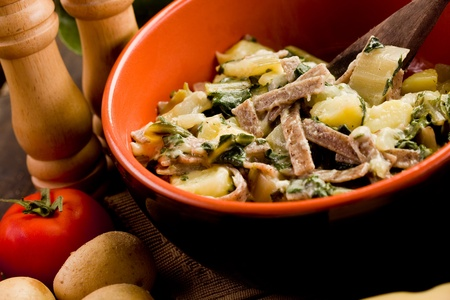 regional: Del norte de Italia plato de pasta Regional denominado pizzoccheri en la mesa de madera Foto de archivo