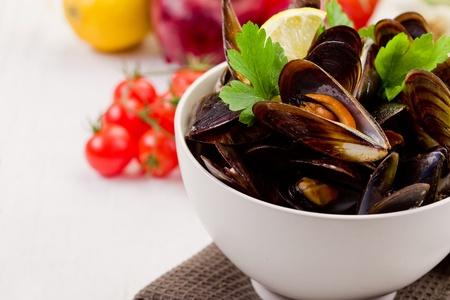 plato de pescado: delicioso plato de pescado italiano hecho con mejillones y vino blanco