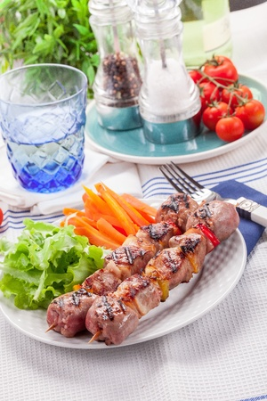 Delicious meat skewers with carrots and salad Stockfoto