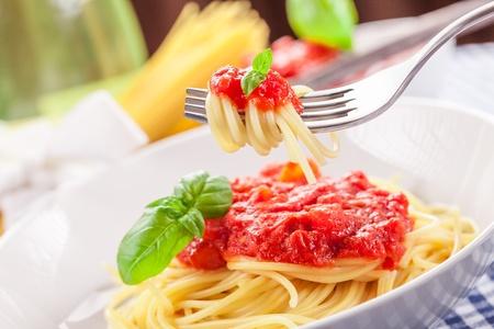 sauce tomate: Spaghetti � la sauce tomate italienne sur une serviette maison traditionnelle